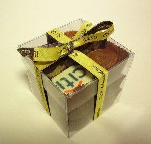 obrazok Priehľadná plastová kocka s 12 pralinkami a stuhou - Reklamnepredmety