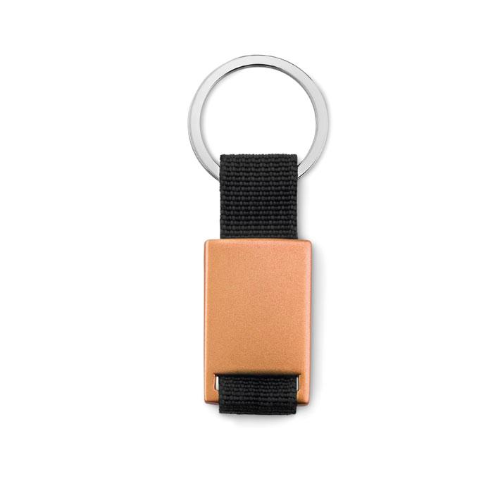 25060126e Kovová obdĺžniková kľúčenka s farebným plieškom a čiernou šnúrkou. Balené  jednotlivo v kartónovej darčekovej krabičke.